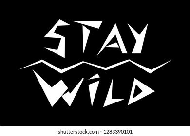 Stay Wild Fashion Slogan in alten alten rude Schriften geschrieben  isolated. Stay Wild slogan in  alten primitive Wildtypen geschrieben  on black background, vector illustration
