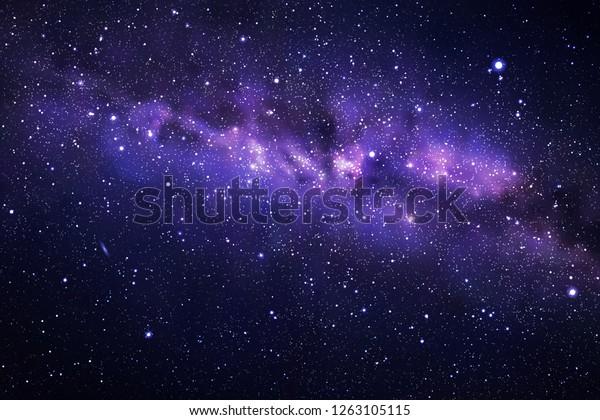 Векторная иллюстрация с ночным звездным небом и Млечным Пути. Космический темный фон с фрагментом нашей галактики