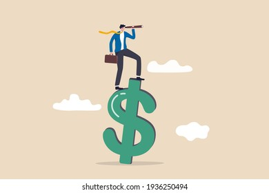Vision de l'économie ou des perspectives financières mondiales, des opportunités d'affaires ou de l'investissement, un homme d'affaires intelligent et confiant qui se tient debout sur un signe d'argent en dollars US à l'aide d'un télescope pour voir les prévisions futures.