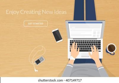 Donna seduta con computer portatile sul pavimento di legno e di lavoro, mani digitando un messaggio nei social network. Illustrazione vettoriale vista dall'alto delle persone che lavorano o si rilassano a casa usando il computer