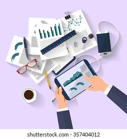 Arbeitskonzept - Business-Konzept - flaches Design - Draufsicht - digitale Tablette zeigt eine Grafik des geschäftlichen Wandels - Papierset mit Diagrammen und Berichten - Desktop, der eine Reihe von Elementen enthält - Ideen
