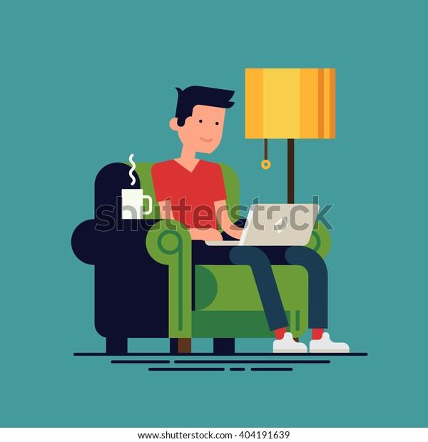 Hombre adulto joven trabajando en la ilustración conceptual del vector doméstico. Carácter independiente trabajando desde casa con un ordenador portátil sentado en un acogedor sillón con una taza de té o café caliente. Hogar. Trabajo remoto