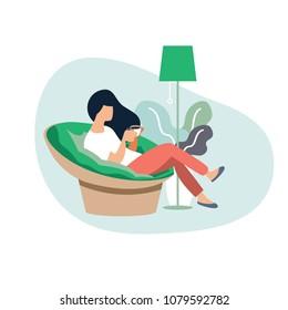 Junge Frau, die auf einem modernen Stuhl sitzt und sich in ihrem Wohnzimmer entspannt Kaffee oder Tee trinkt.Zeichentrickchartoon-Charakter der Vektorgrafik