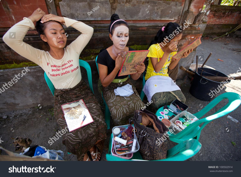 Bali Indonesia April 9 Balinese Girls Stock Photo Edit Now 100502914