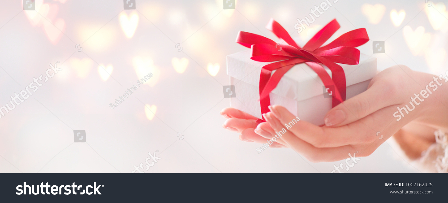 Valentine Gift Beauty Woman Hands Holding Stockfoto Jetzt