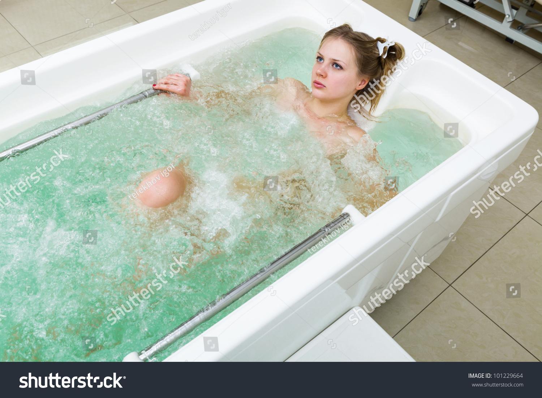 Видео молодая девушка в ванной посмотрим
