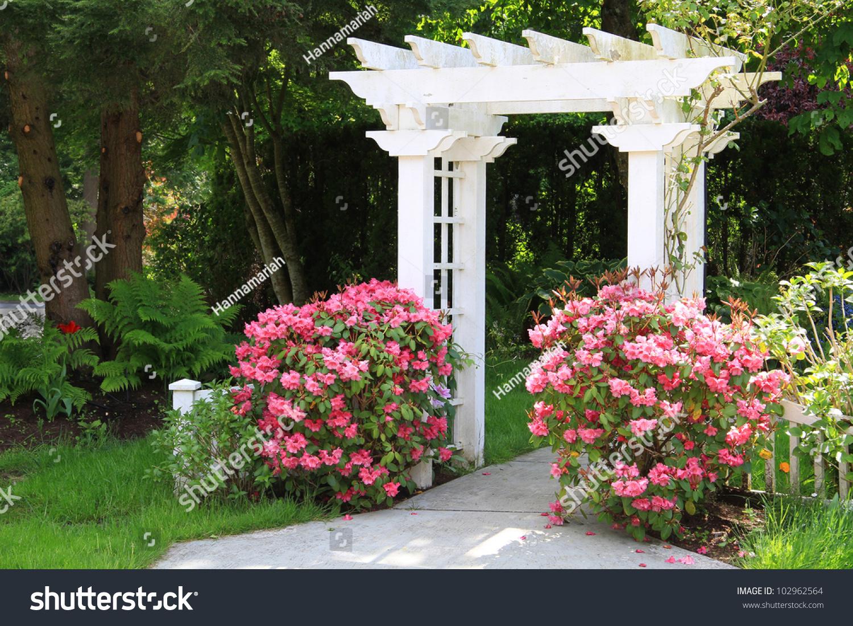 Pretty garden arbor with pink flowers also available in for Arreglar el jardin