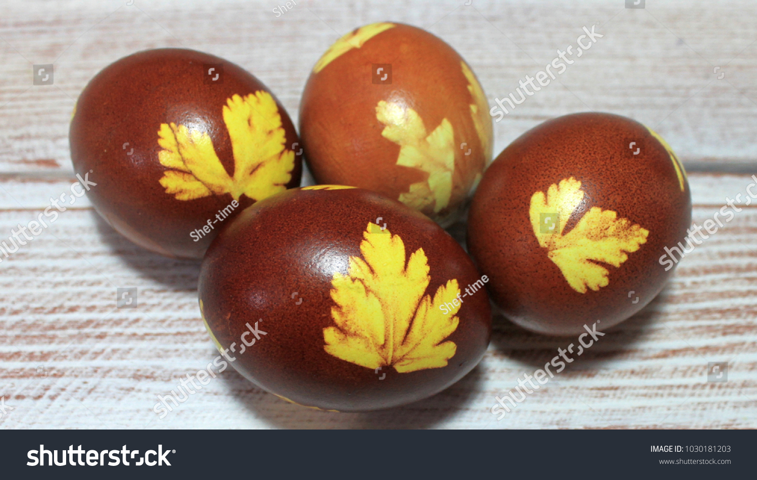 How to paint eggs with husks