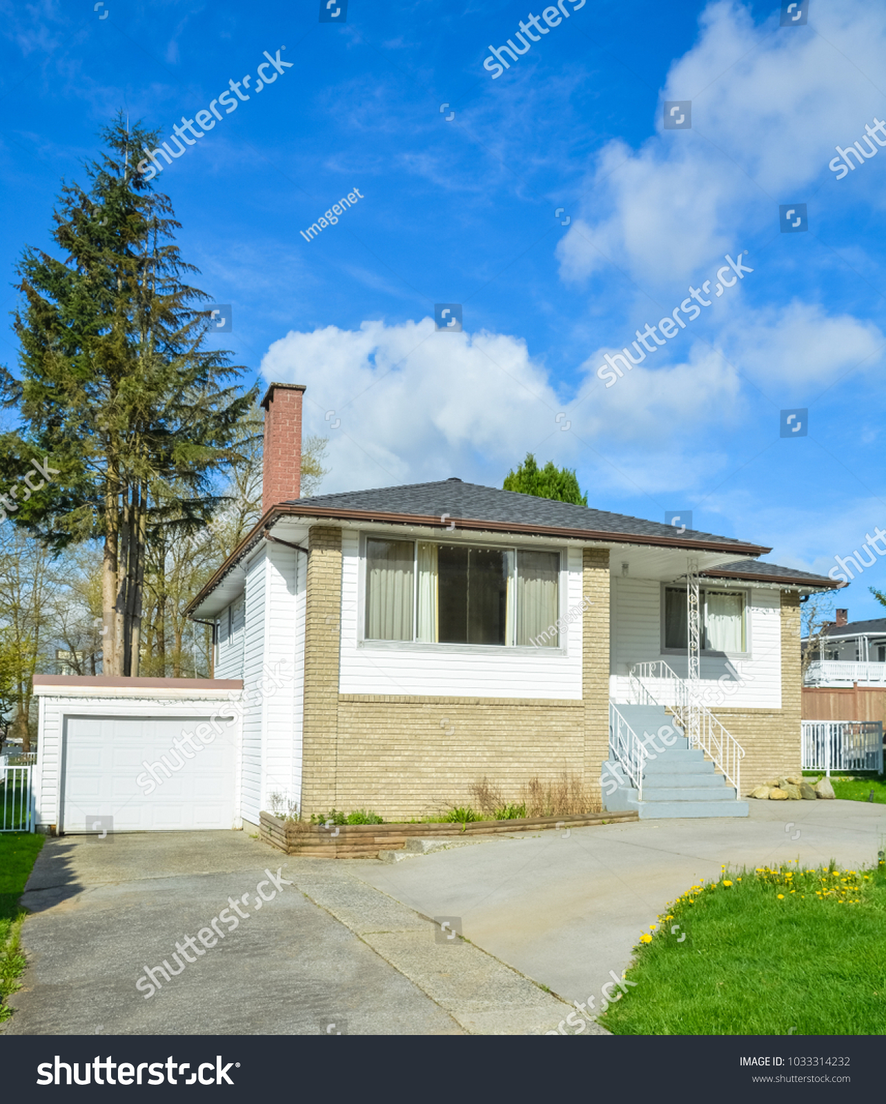 Small Residential House Concrete Driveway Front Stock Photo Edit Now 1033314232