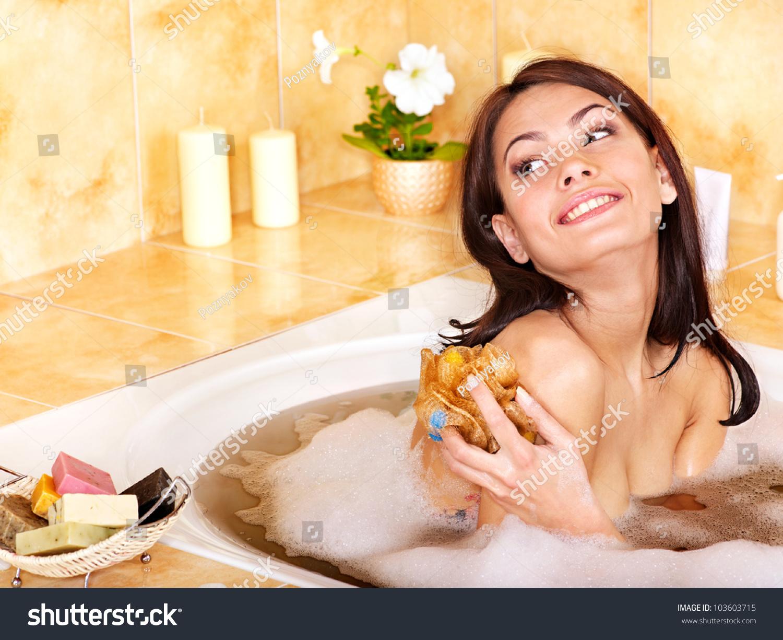 женщины в ванной моются в