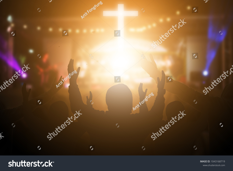 Alabanzas Cristianas De Adoracion foto de stock sobre cristianos levantando sus manos en