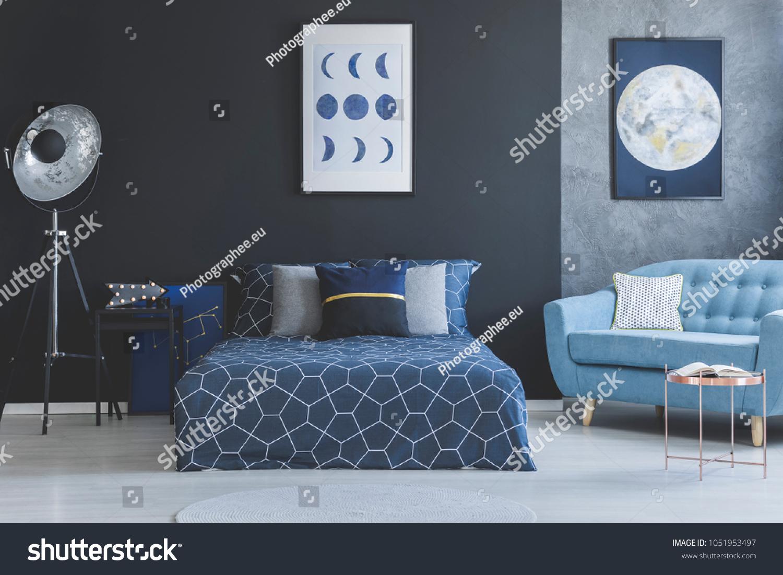 Blaues Sofa Im Schlafzimmer Mit Blauem Stockfoto Jetzt Bearbeiten 1051953497