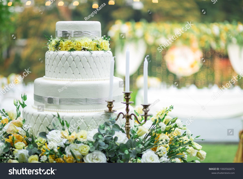 Wedding Cake Wedding Decoration Yellow Flower Stockfoto