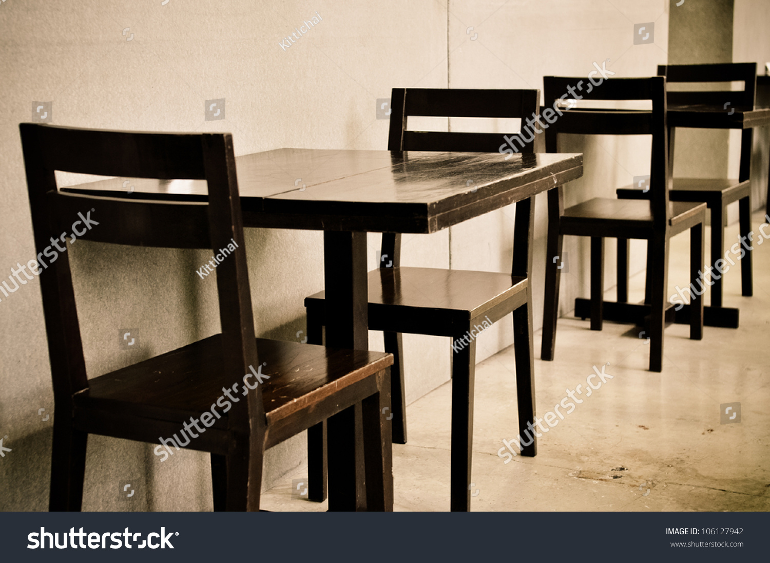 Ordinaire Wooden Tables And Chairs In Coffee Shop