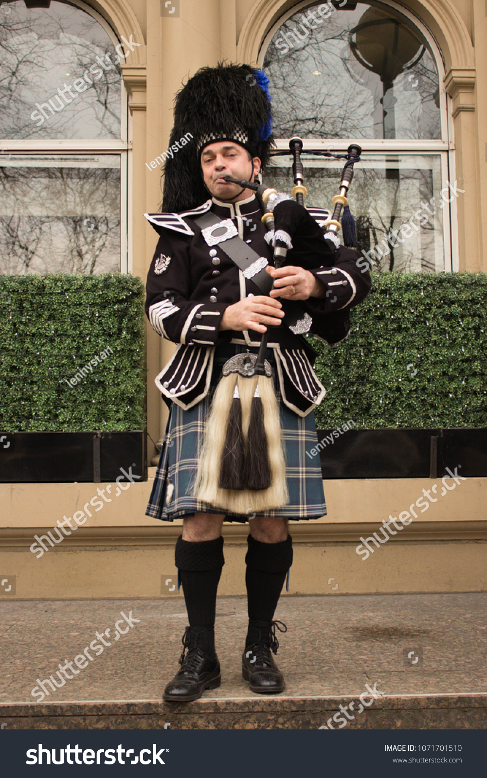 stock-photo-glasgow-scotland-april-bagpi
