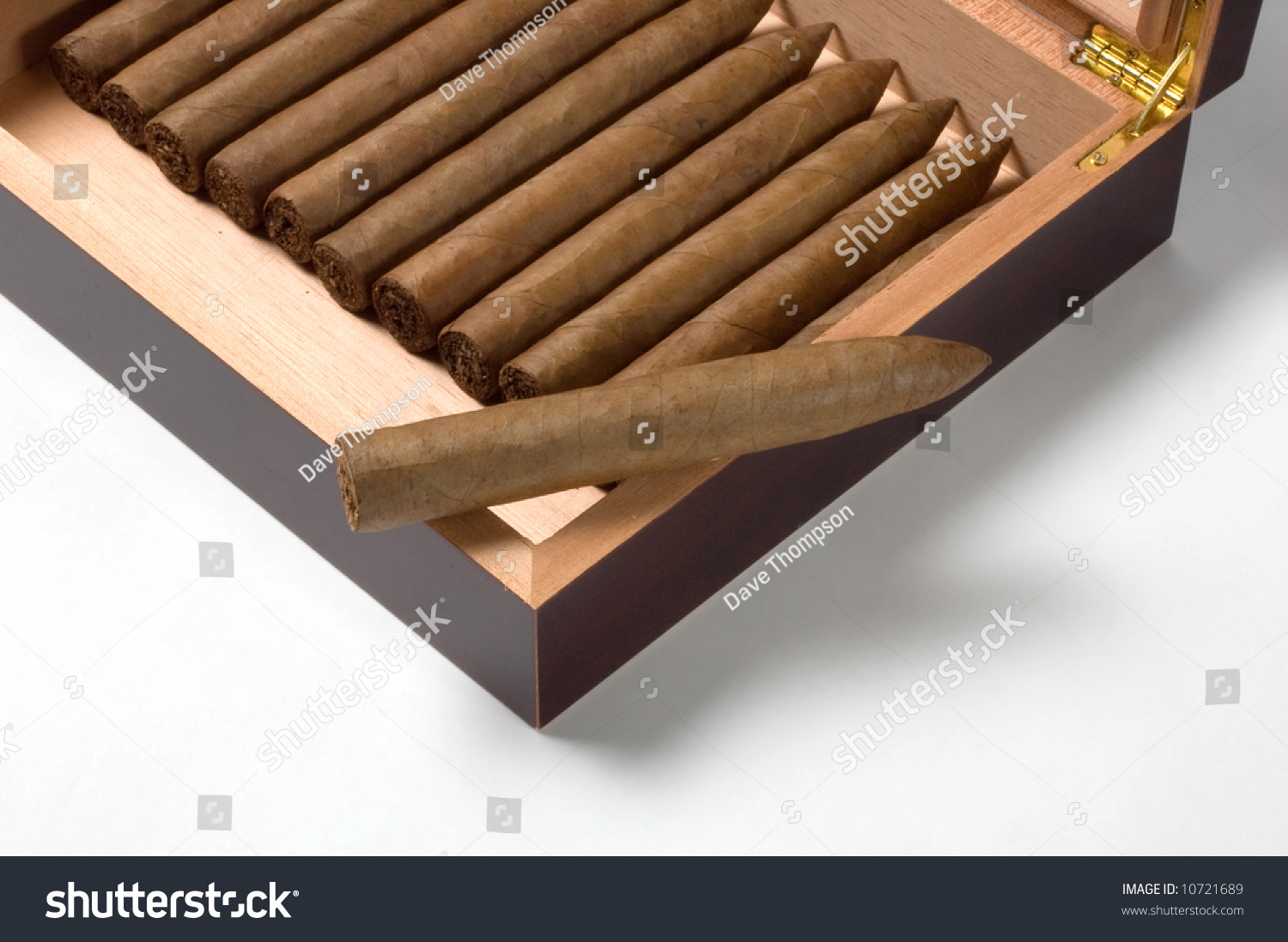 how to cut a hand rolled cigar