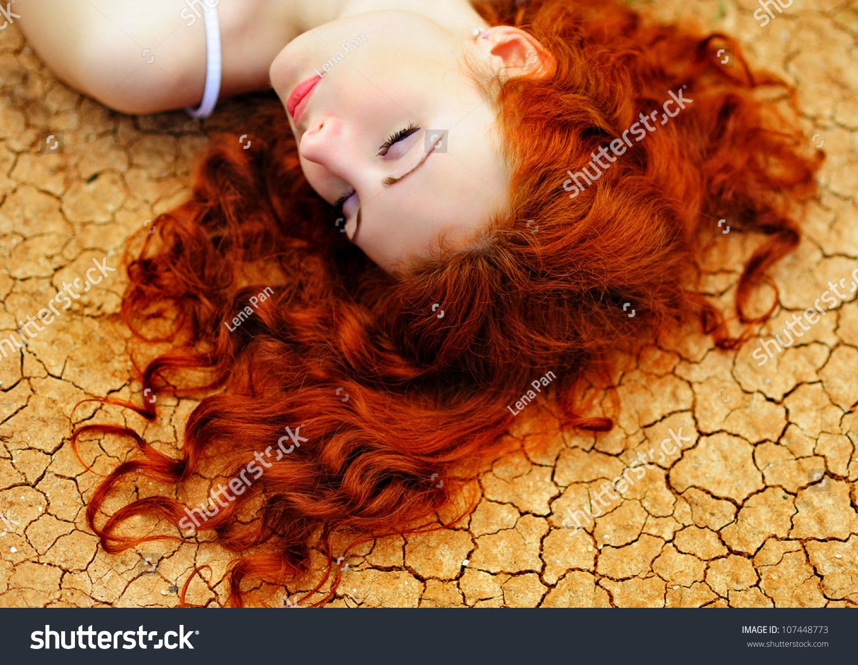 Девушки с рыжим оттенком волос фото со спины