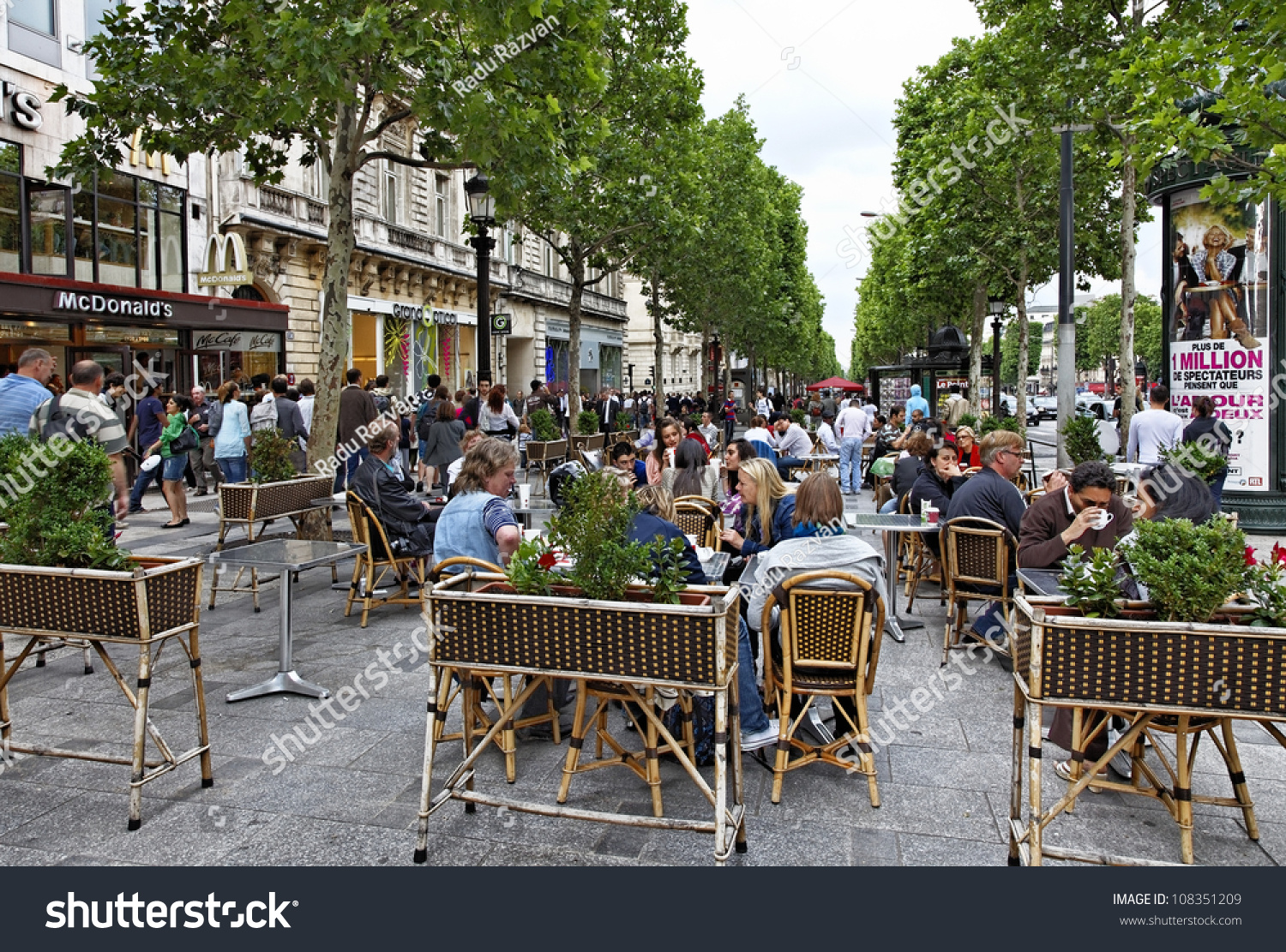 Crowded restaurant table - Paris Jun 22 Crowded Terrace On The Avenue Des Champs Elysees During A