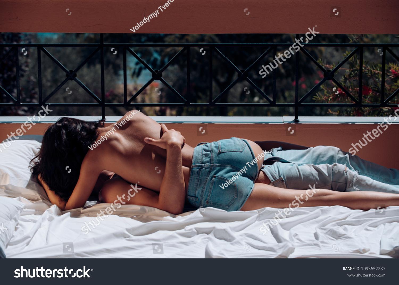Секс на балконе днем