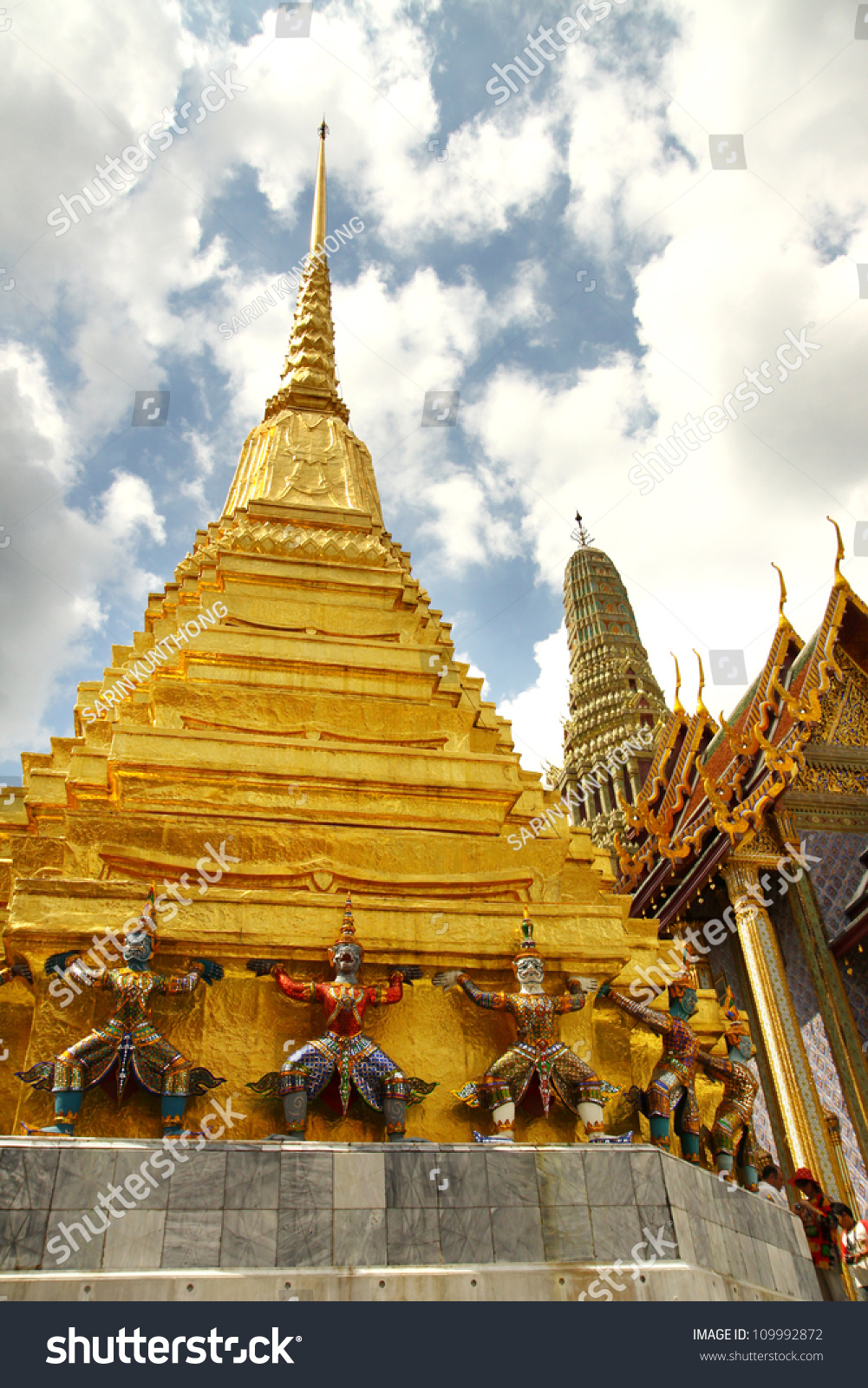 The beauty of thai architecture in wat phra kaew temple for Wat architecture