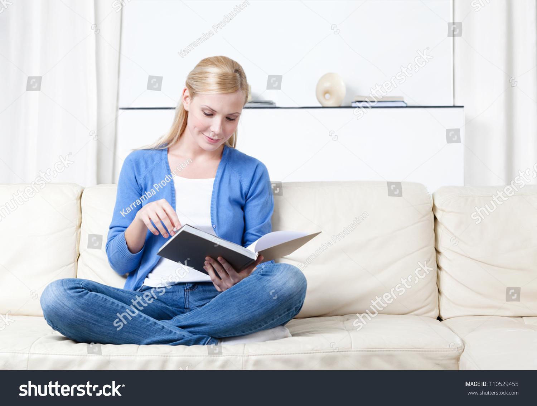 Ффото девушек на фиване читающих книги 10 фотография