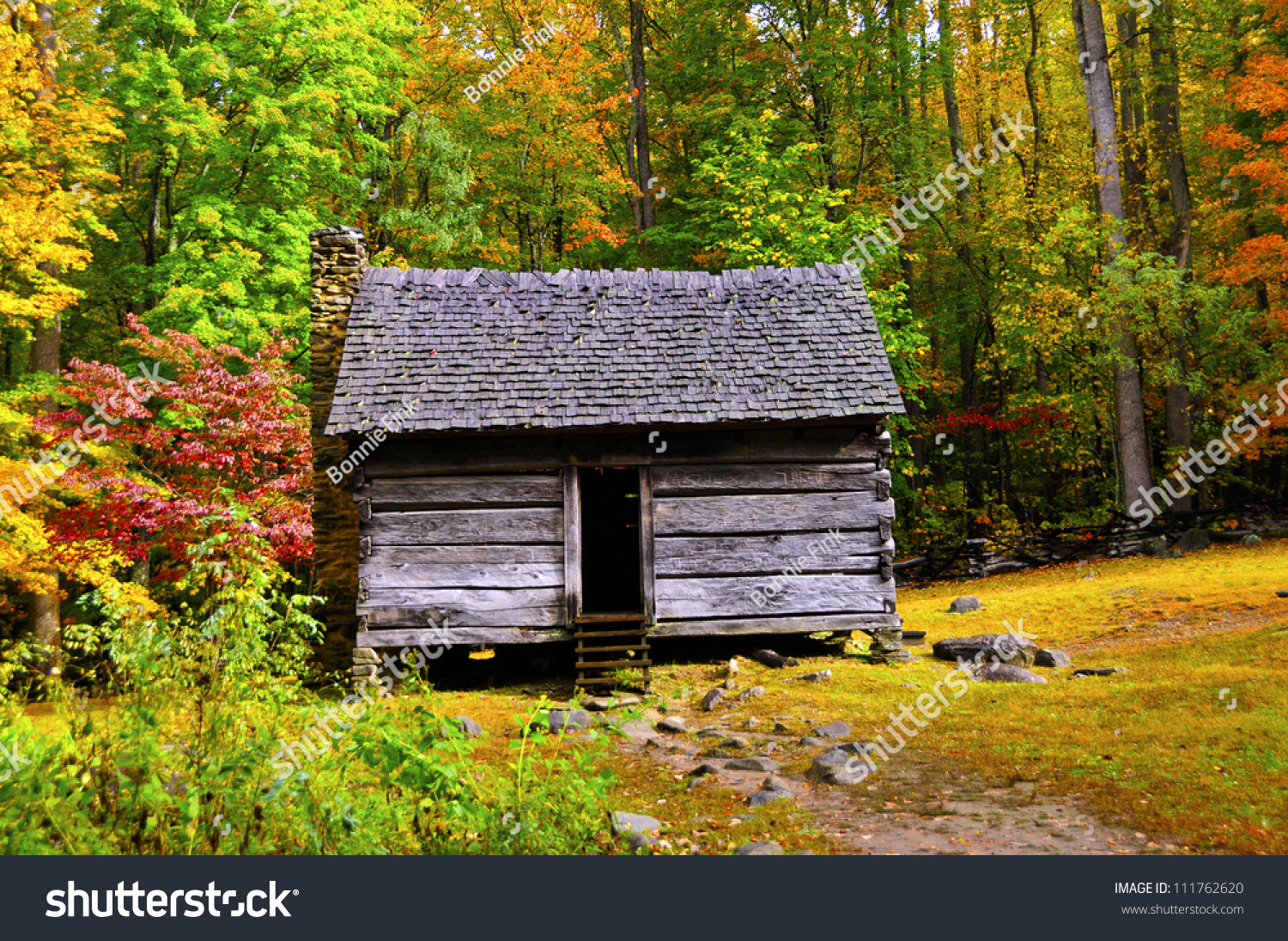 A log cabin in the great smoky mountains national park in for Smoky mountain cabins on the water