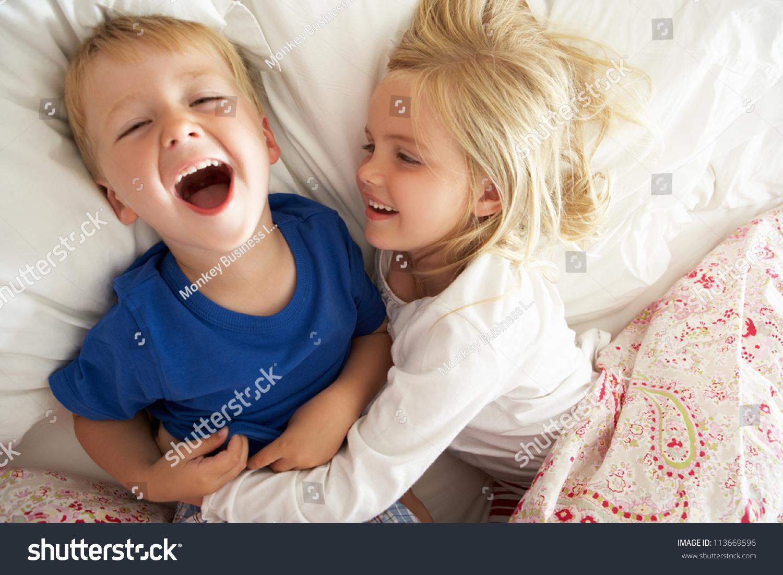 Фото сестра и брат в постели 5 фотография