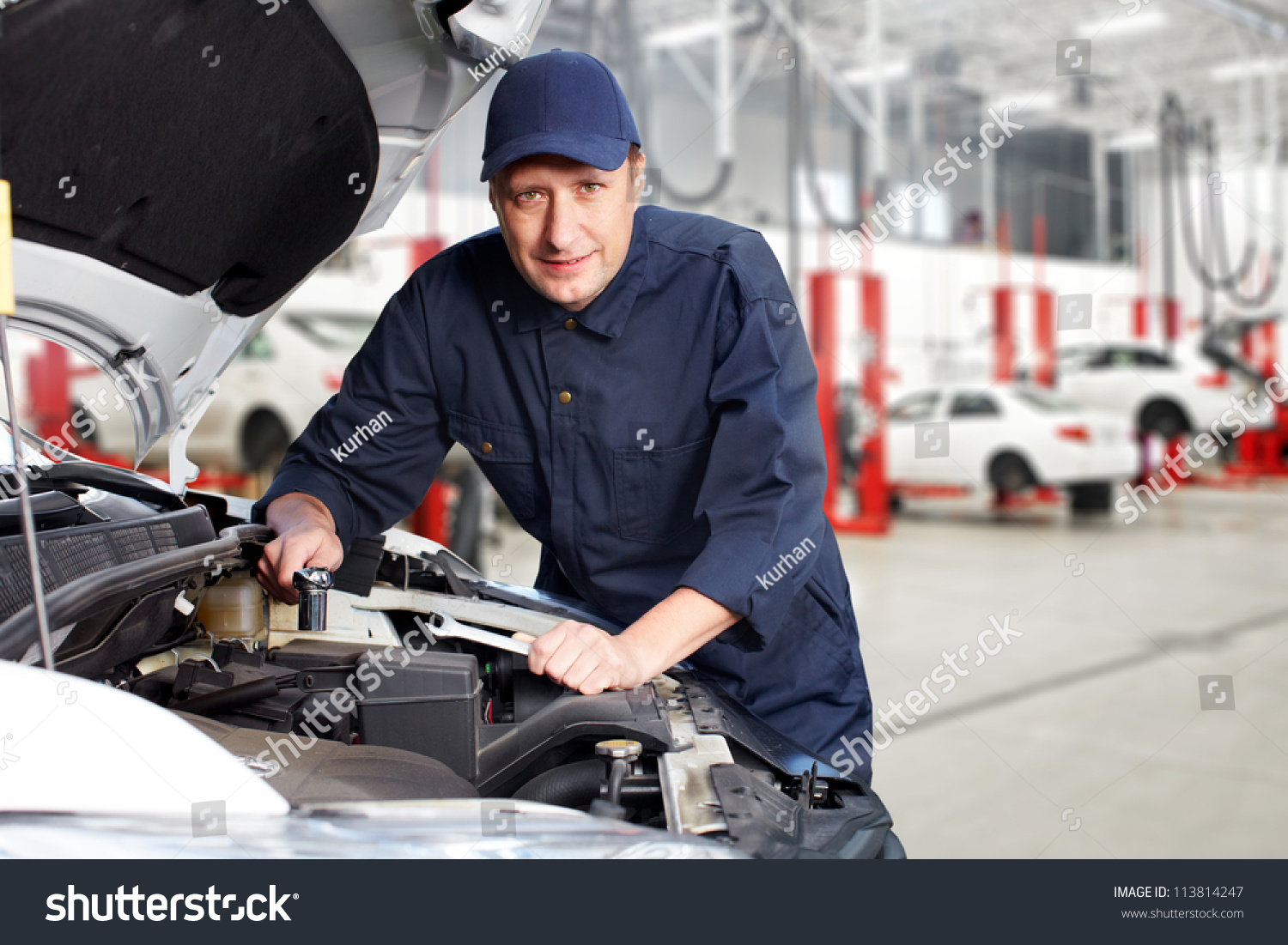 car mechanic working in auto repair service photo libre. Black Bedroom Furniture Sets. Home Design Ideas