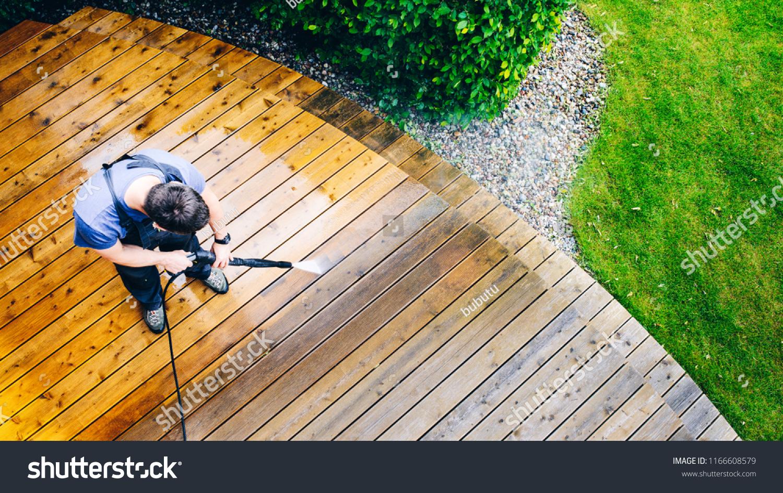 Foto De Stock Sobre Terraza Para La Limpieza Del Hombre