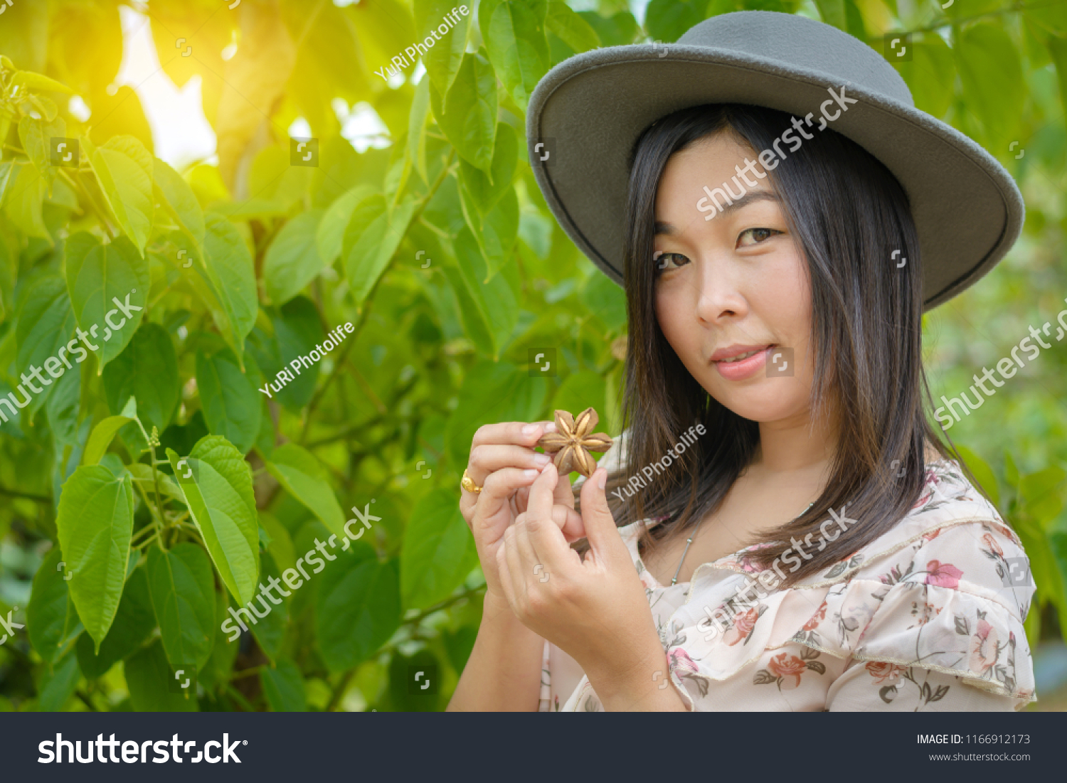 A woman portrait wearing a flower dress with gray retro hat and show the  seed of 6d41f1961239