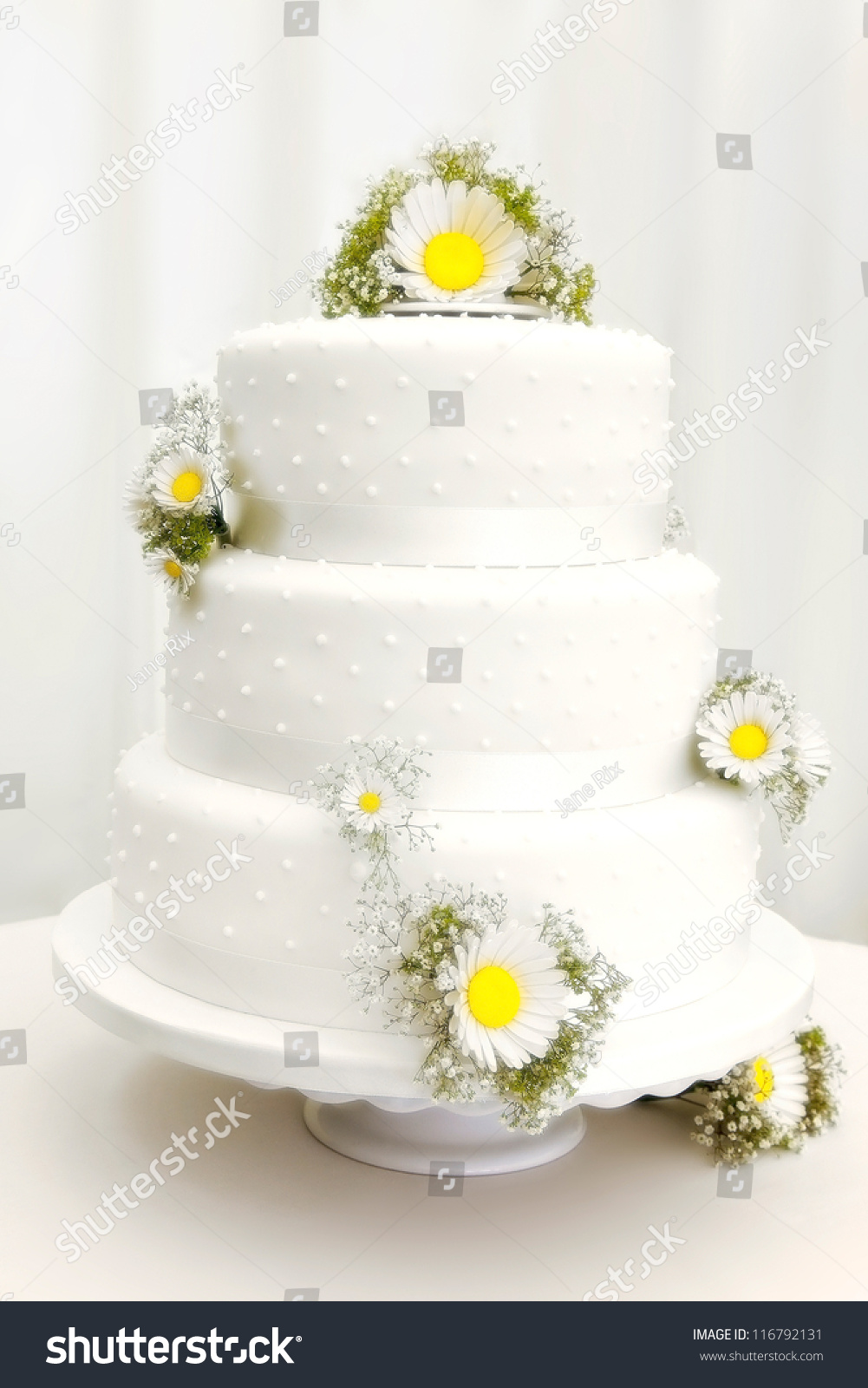 wedding cakes with daisy decorations ttraditional three tier wedding cake with flower 26016