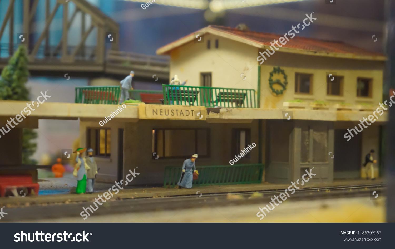Diorama Miniature Mini Figures Passengers Waiting Stock