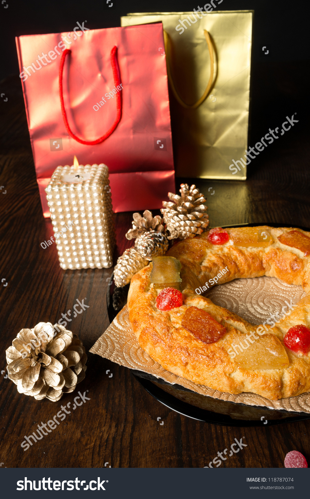Traditional spanish epiphany cake surrounded by festive for Decoration epiphanie