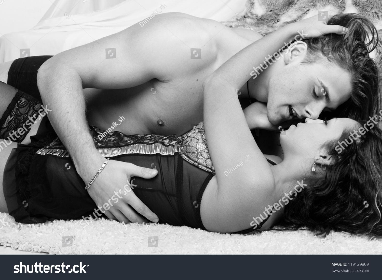 Страстное свидание молодой пары 1 фотография