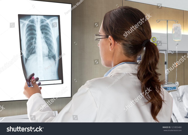 Смотреть врач рассматривает девочку 5 фотография