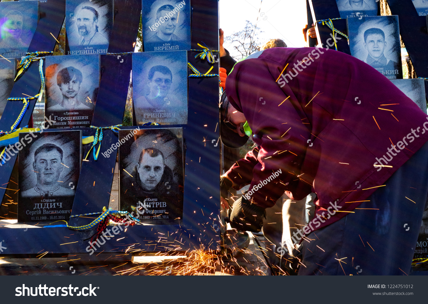 KIEV, UKRAINE - November 7, 2018:  Municipal workers are dismantling the 'Heroes of the Heavenly Hundred'  memorial, dedicated to Euromaidan activists who was killed during anti-government clashes