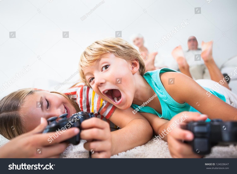 Сестра читала книгу а брат начал приставать, Сестра пристаёт к брату -видео. Смотреть Сестра 6 фотография