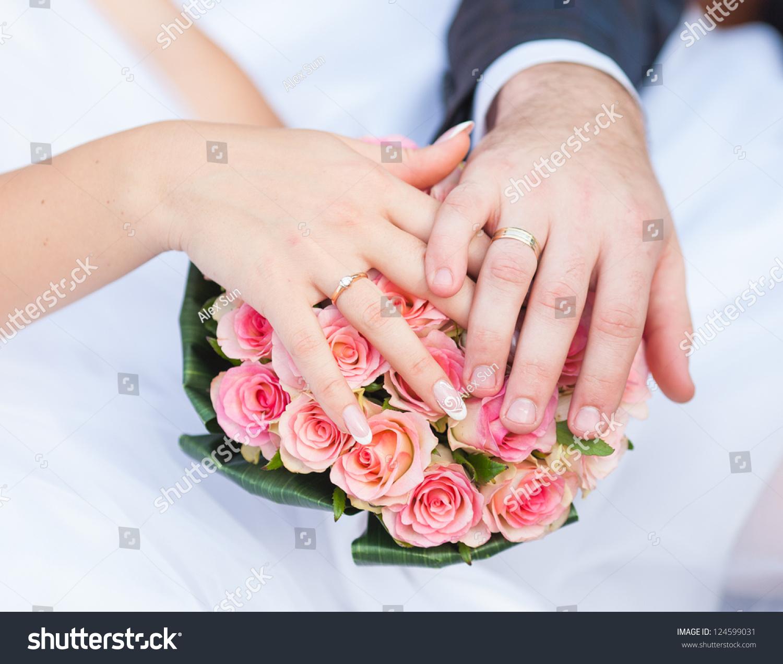 Hands Rings Beautiful Wedding Bouquet Stock Photo 124599031 ...