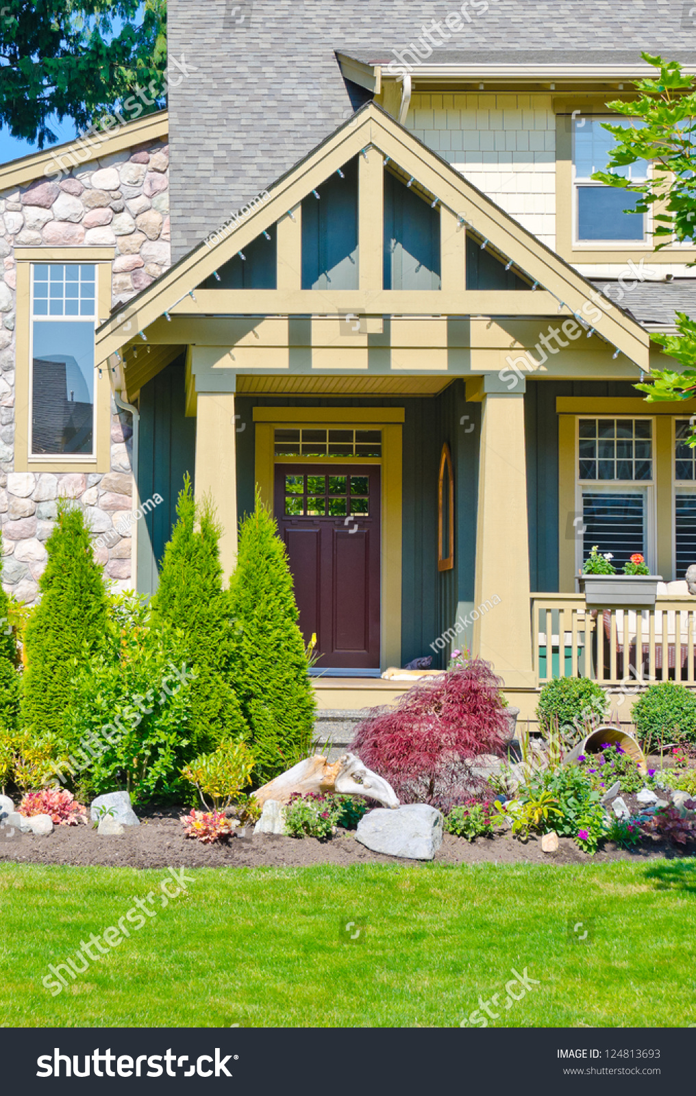House Entrance Nicely Landscaped Front Yard Stock Photo 124813693 ...