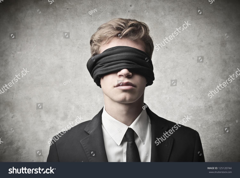 Девушка завязала глаза парню