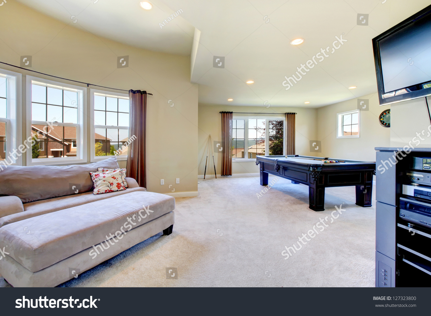 Large Family Room With Pool Table, Sofa And Tv. Part 61
