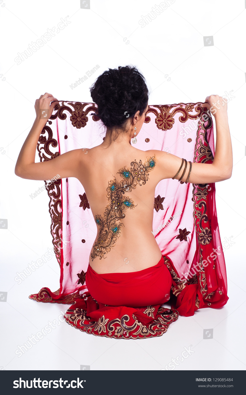 Фото девушки в сари со спины