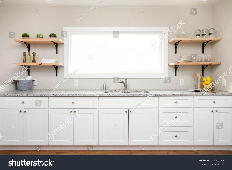 White Kitchen Cabinets Granite Countertop Wooden Stockfoto