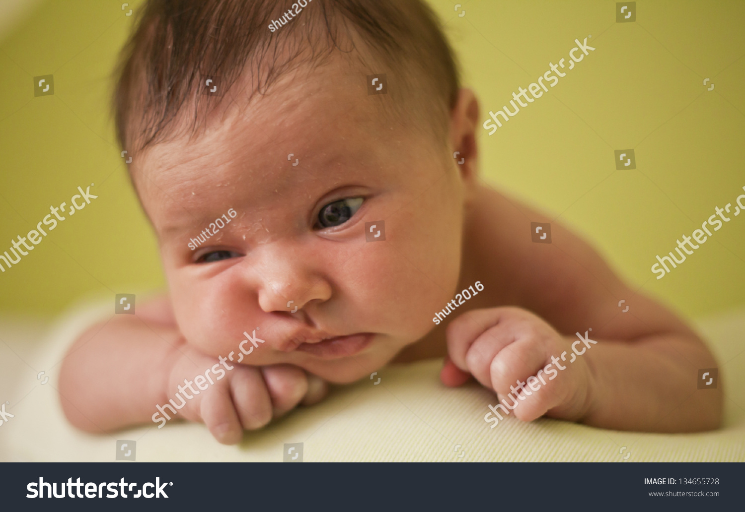 Baby Toddler Boy Girl On Bed Stockfoto 134655728