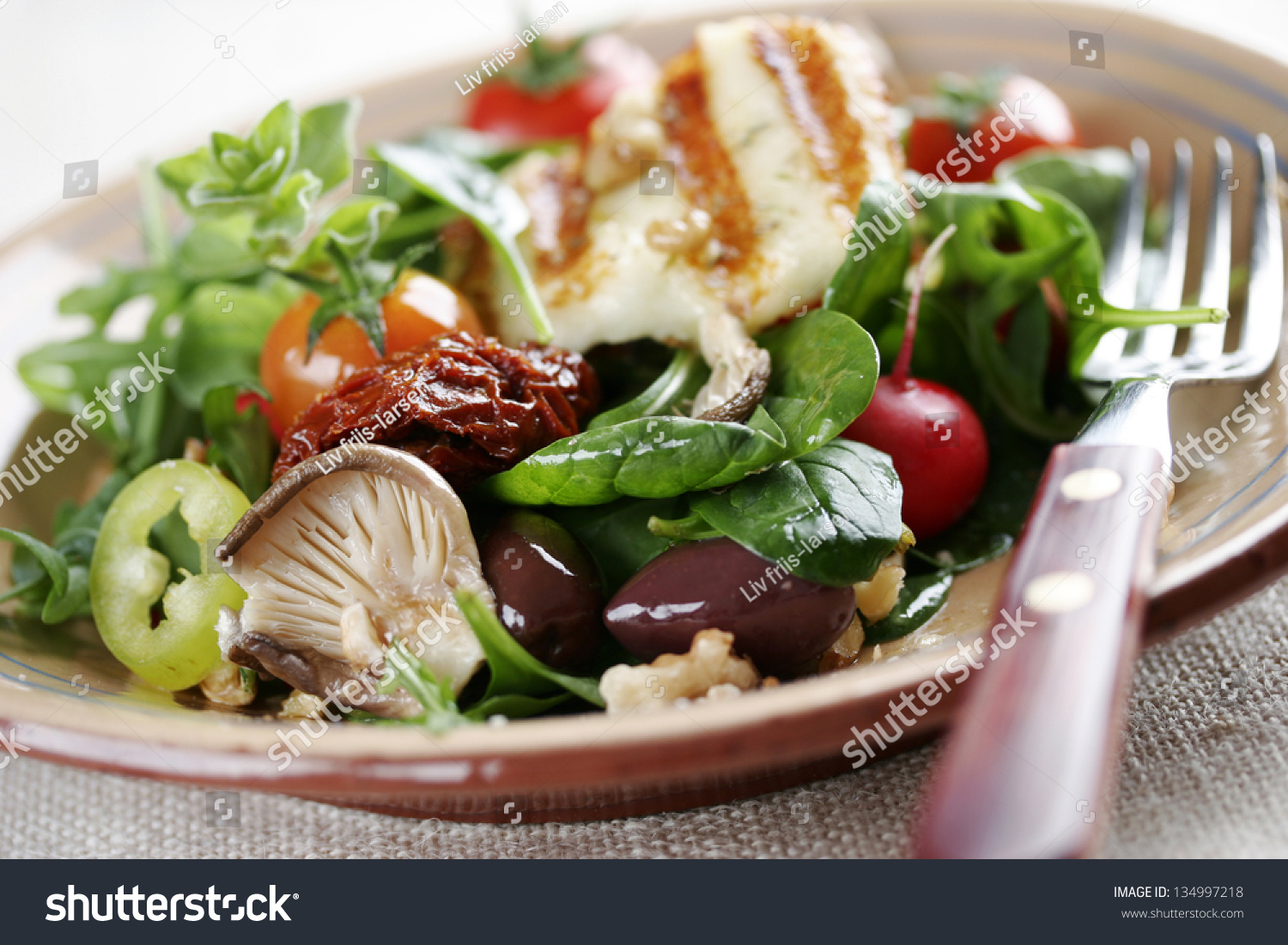 salad with mushrooms,spinach,tomatoes,sundried tomatoes,walnuts ...