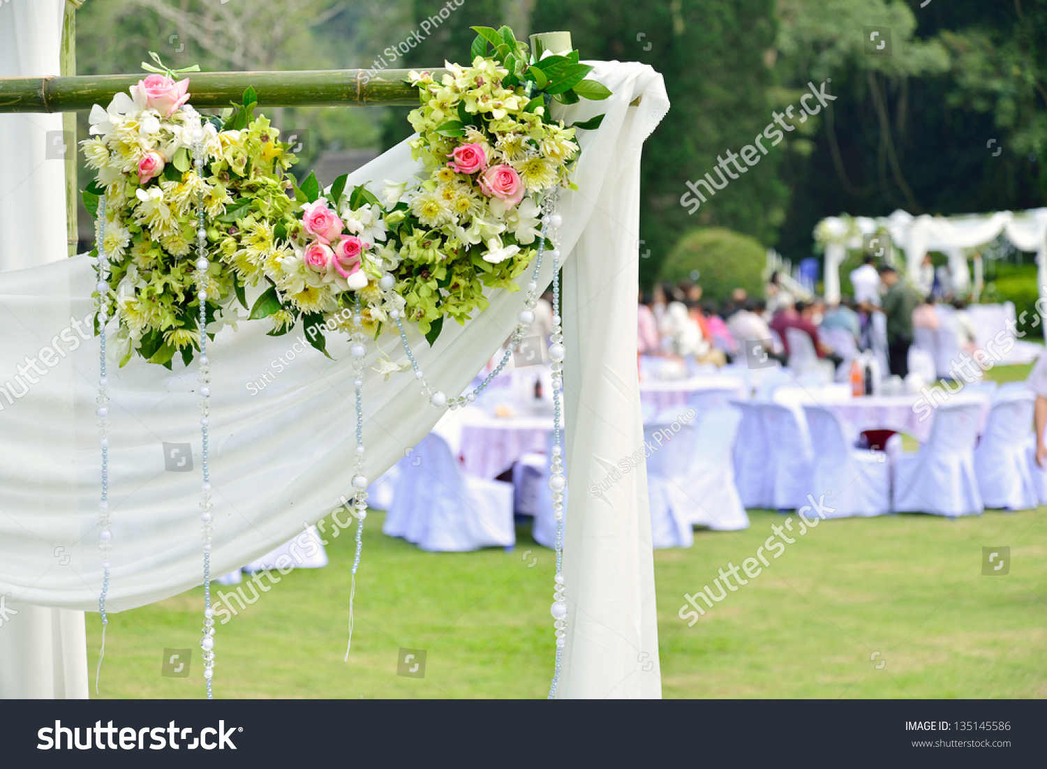 Outdoor Wedding Ceremony Décor: White Flowers Decorations During Outdoor Wedding Ceremony