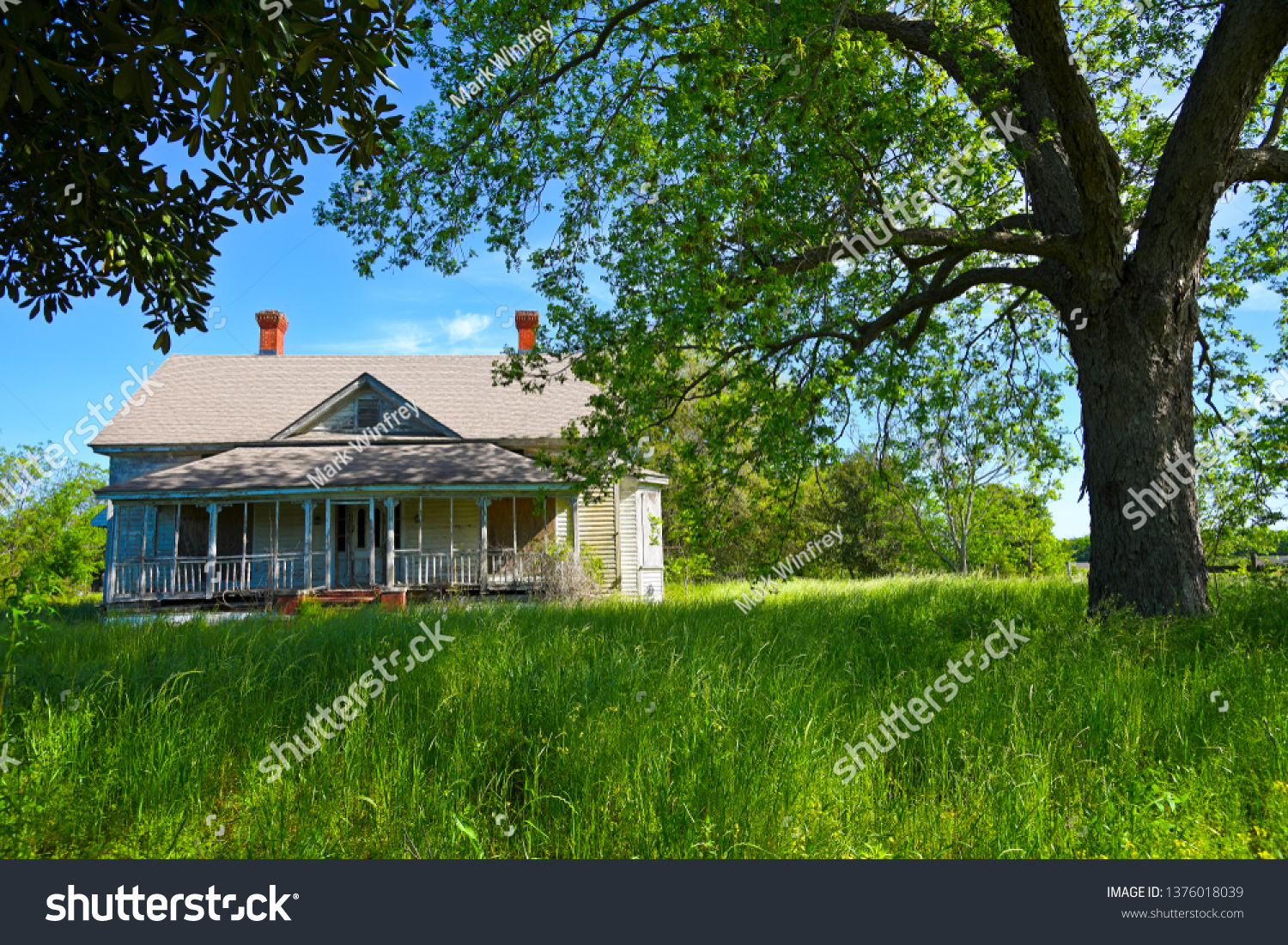 stock-photo-abandoned-farmhouse-in-rural