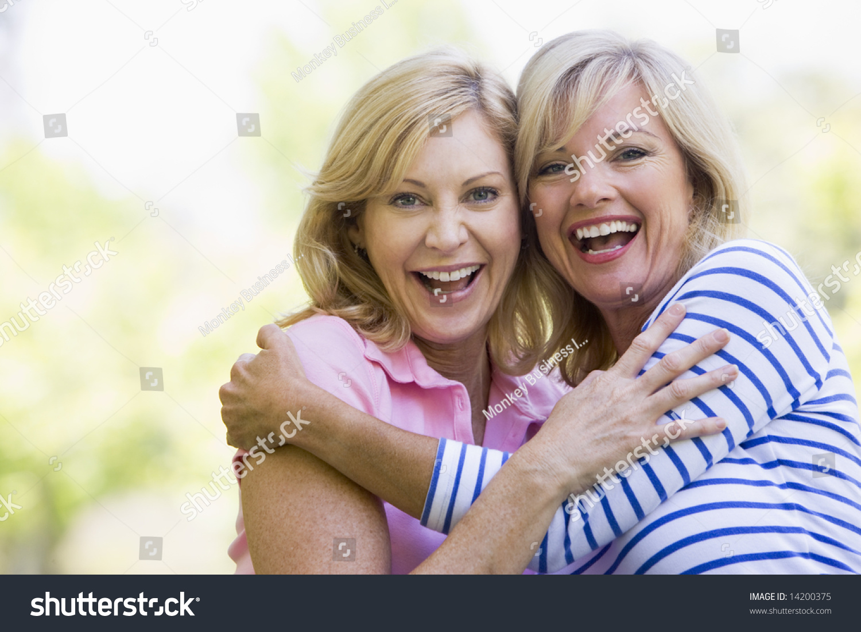 Фото подруг как они обнимаются 19 фотография
