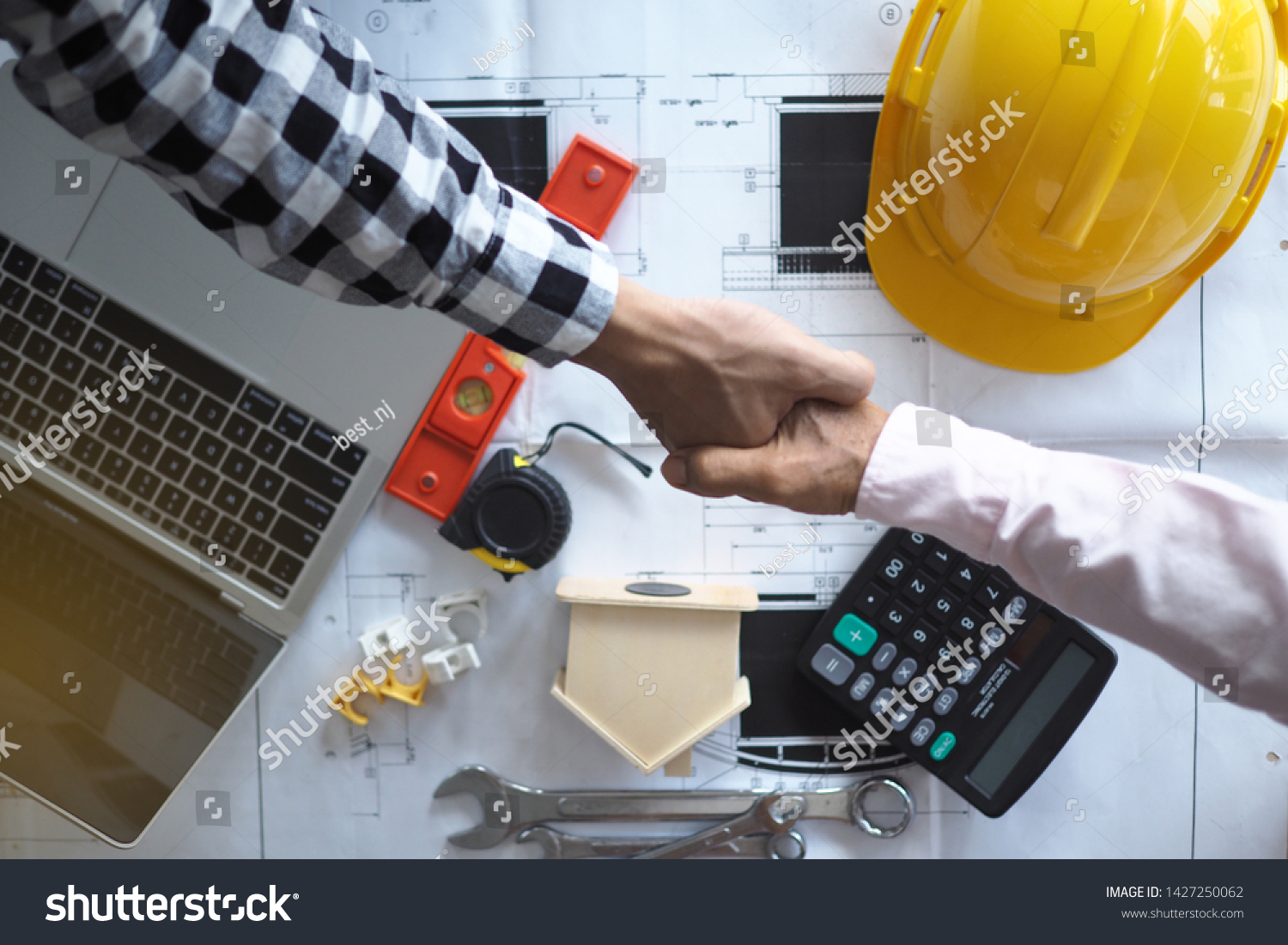 Hand in hand between project contractors and customers due to negotiation of expenses and investments, construction and repair of residential buildings.        #1427250062