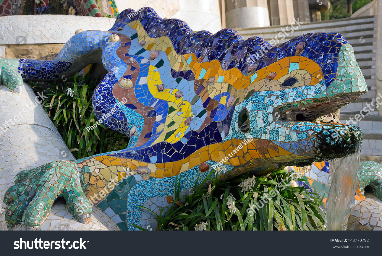 Fountain mosaic salamander in the park guell in barcelona for Salamandra barcelona